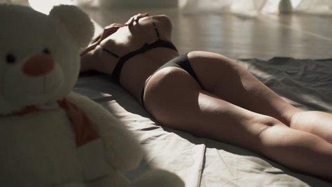 perfekt gebräunte strand brüste toppless