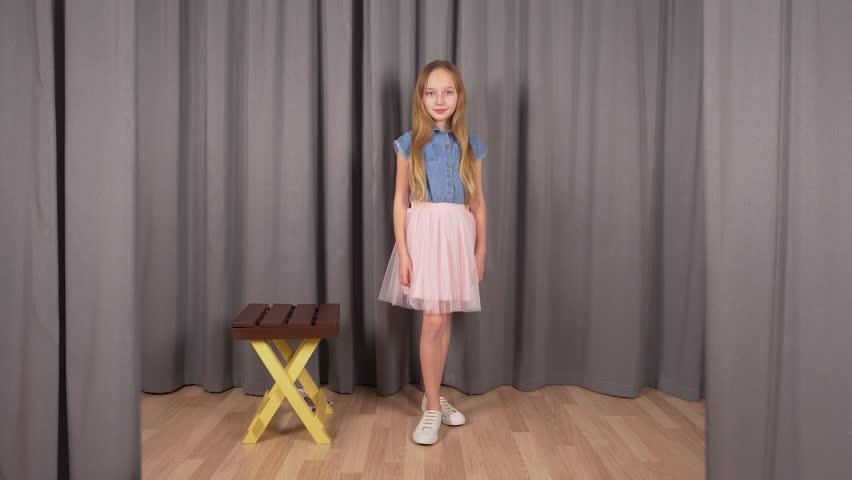 Young Model Girl Posing in Stockvideoklipp (helt royaltyfria) 1023099319 | Shutterstock