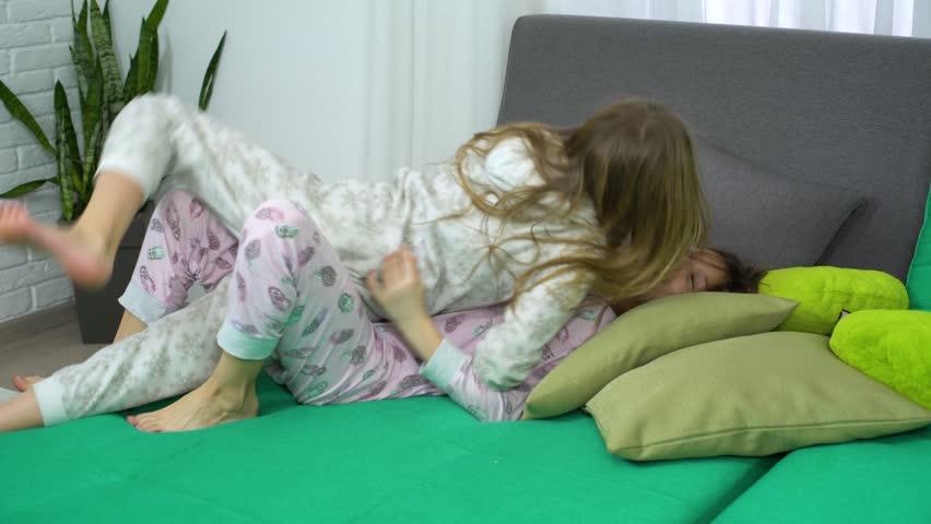 Two Little Girls Fighting for: Video de stock (totalmente libre de regalías) 1023604876 | Shutterstock