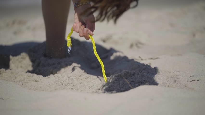 Frau baut Beach Volleyball Feld am Strand auf
