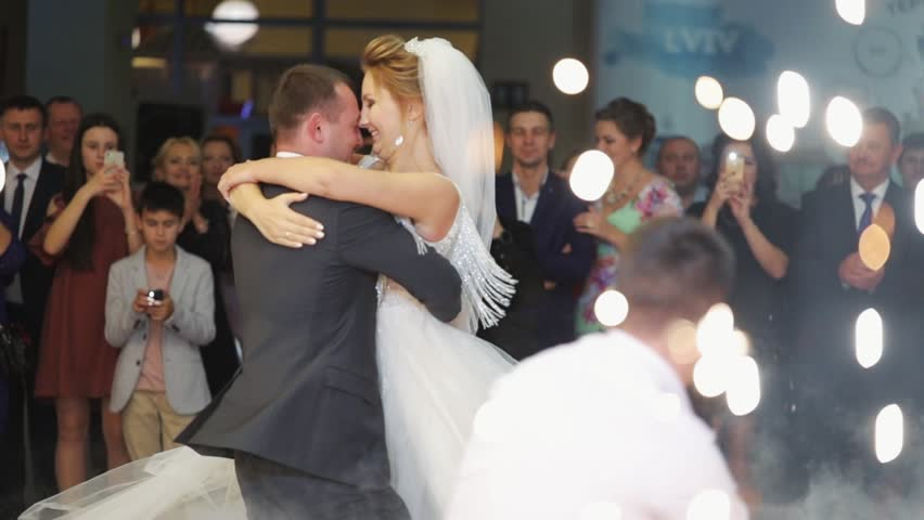 Los Angeles, California 15/03/2019 EDITORIAL: Young beautiful bride and groom dancing first dance at wedding party shrouded by confetti couple dress happy love married lady marriage together Royalty-Free Stock Footage #1027836530