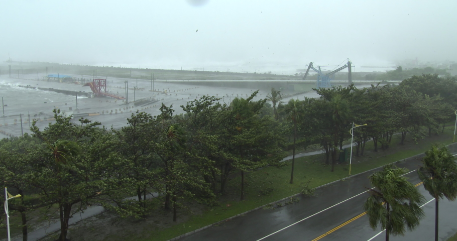 Strong Wind Hits City As Major Hurricane Closes In - Megi