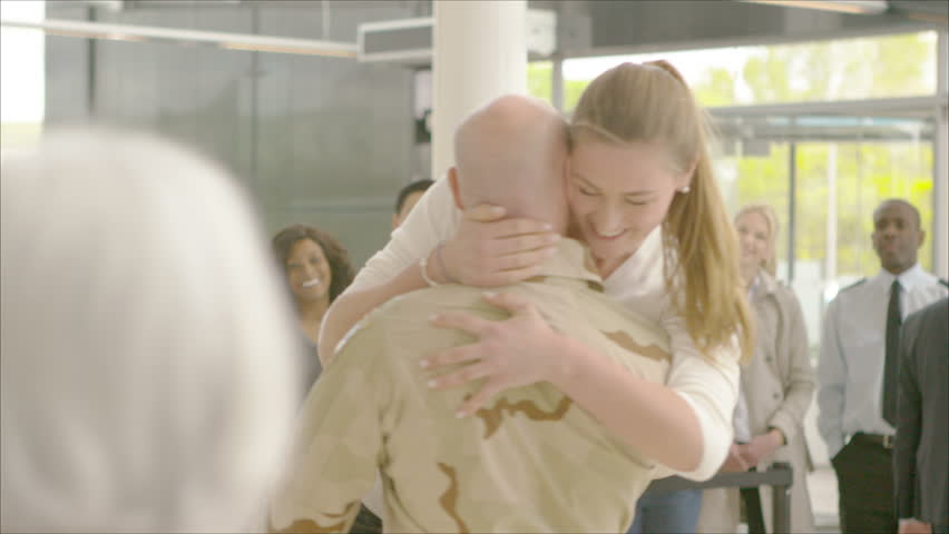 4K Romantic reunion at the airport, a soldier returns home to the embrace of his loved one