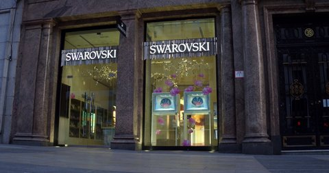 Charles Keasing billetera Precipicio  Swarovski Store Stock Video Footage - 4K and HD Video Clips | Shutterstock