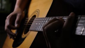 In this video clip we can see a  hand playing the guitar string