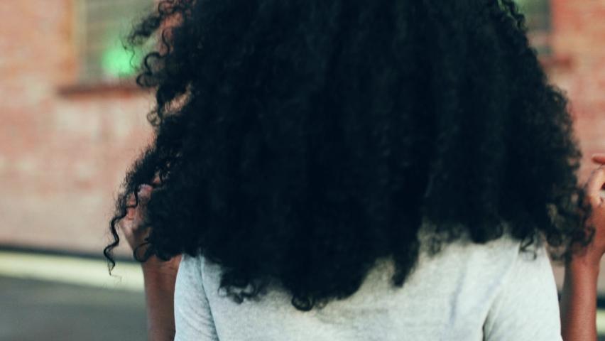 Panduan Cara Merawat Rambut Keriting Alami