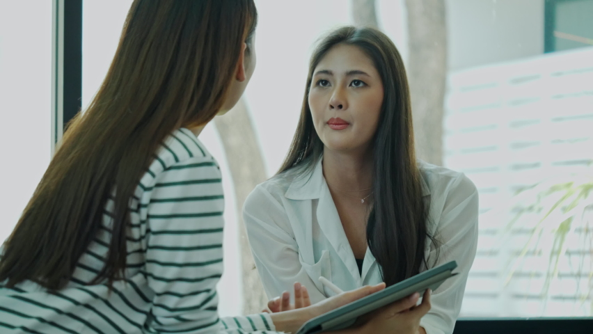 Asian women consult with meeting team With seriousness. Brainstorming business women In planning strategy. Presenting a job interview. Woman talking a doctor consultation in hospital. Concept teamwork Royalty-Free Stock Footage #1060631038