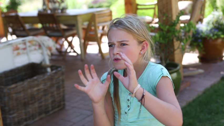 Preteen Girl Throwing Football: Video de stock (totalmente libre de regalías) 13582148 | Shutterstock