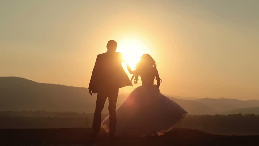 Silhouettes of Wedding Couple Gracefully Arkivvideomateriale (100 %  royaltyfritt) 15086158 | Shutterstock