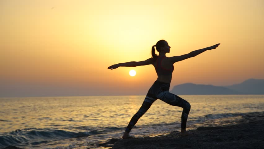 Silhouette Young Woman Practicing Yoga Arkivvideomateriale 100 Royaltyfritt 17401432 Shutterstock