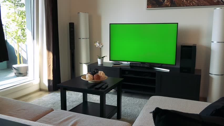 4k00 31a Tv With A Green Screen In A Cozy Living Room