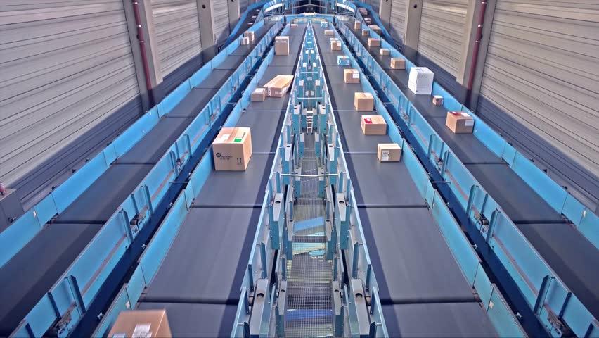Parcels on conveyors - short version #24259619