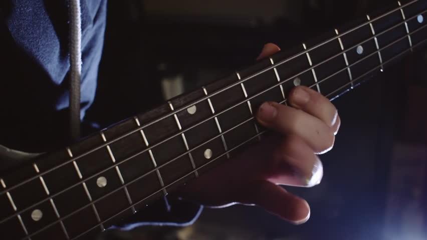 Playing on bassguitar