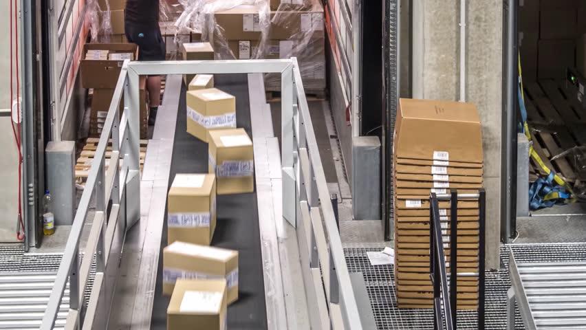 Parcel trailer unloading to conveyor belt system