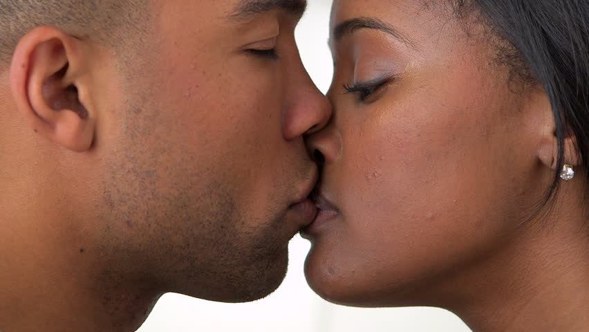 Is Kissing On A First Date A Good Idea?