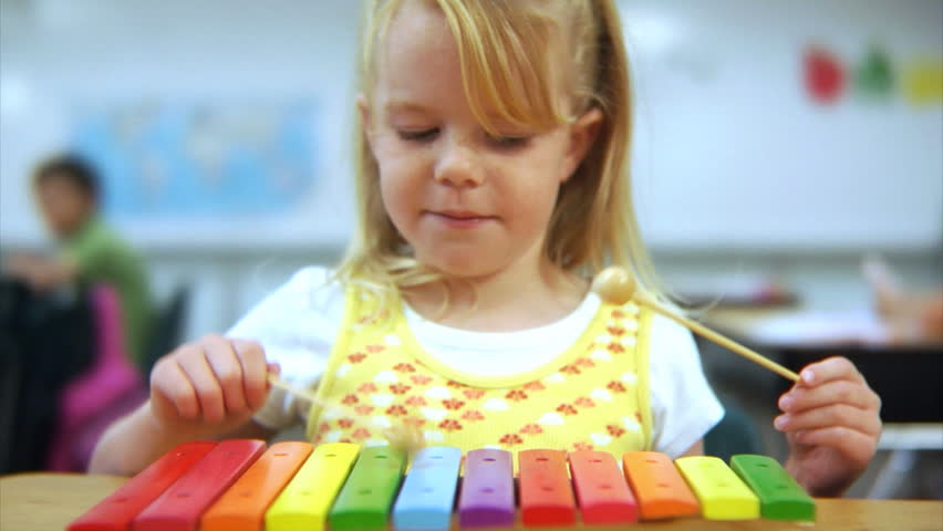 Girl Playing the Violin in Stock Footage Video (100%