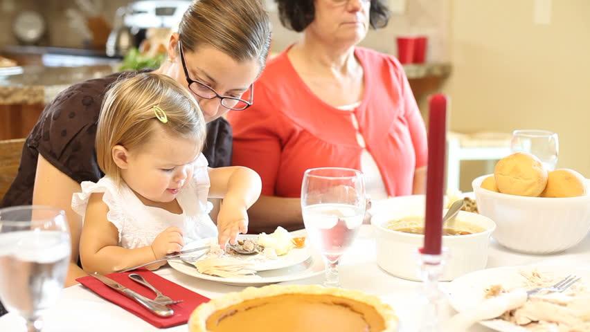 family eating thanksgiving dinner - 852×480