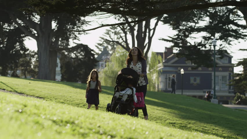 USA, California, San Francisco, Alamo Square Park, Mother with two children (2-3, 4-5) in park