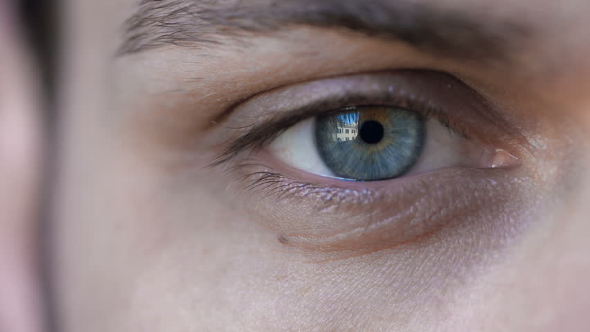 oeil homme vue proche