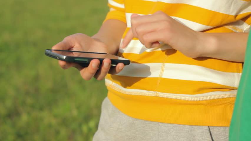 Kapan Memberikan Ponsel untuk Anak Anda?