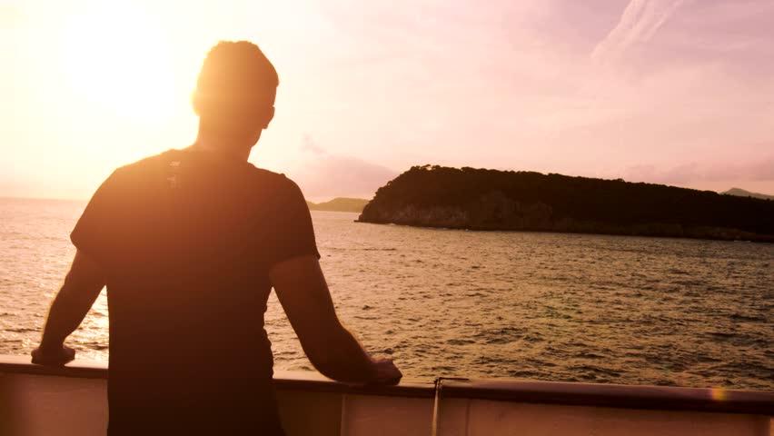 вчера фото мужчин на море без лица показалось, что
