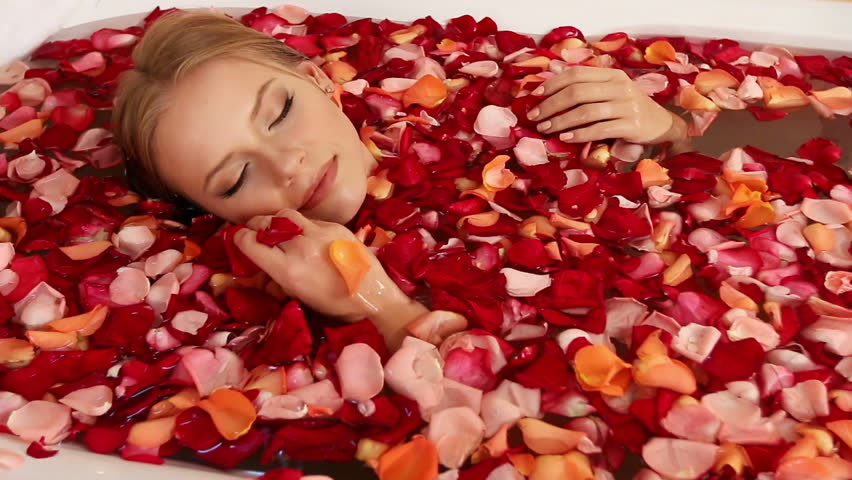 Fashion & Beauty News - Rose Shower And Its Benefits